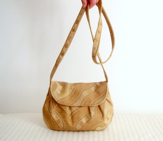 Sand crossbody clutch 100% recycled upholstery fabrics