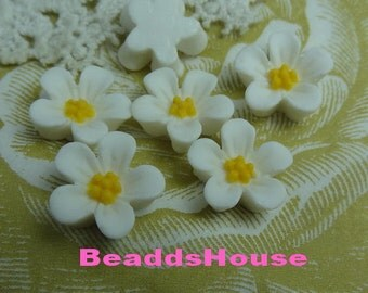 650-00-CA  8pcs Beautiful Resin Flower Cabochon -White with Yellow