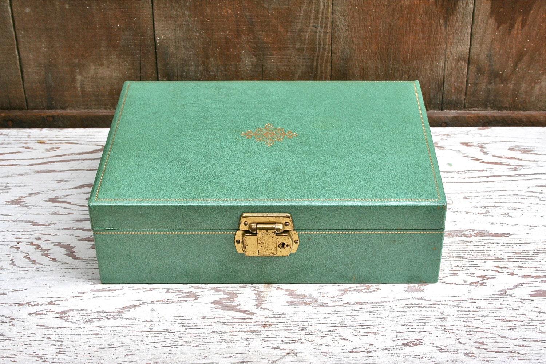 Fabulous vintage jewelry box with key for Jewelry box with key
