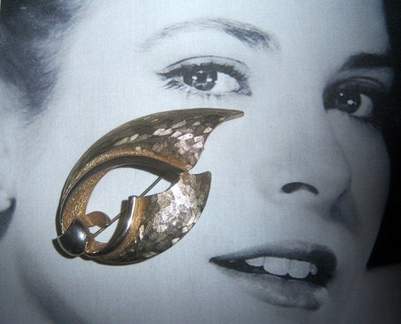 Pell Signed Hammered Textured Gold Tone Abstract Brooch (signed)