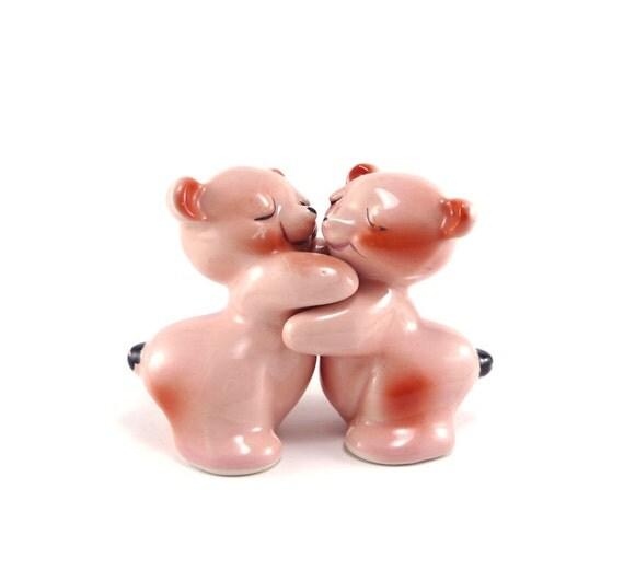 Bear hug - vintage pink salt and pepper shaker set - Van Tellingen
