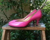 Hot Pink 80s Pumps, Size 7 fit like 6.5, High Heels, Magenta Shoes, 1980s Coach and Four - TheLionsDenStudio