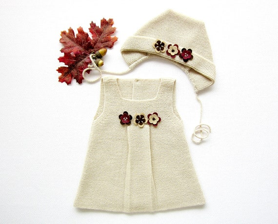 Knitted dress, cap set in pearl with little flowers. 100% wool. Newborn. ITEM UNIQUE.