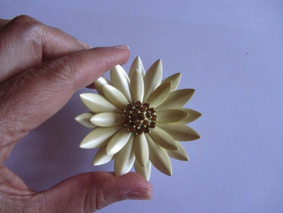 Vintage Mod Daisy Pin with Rhinestones