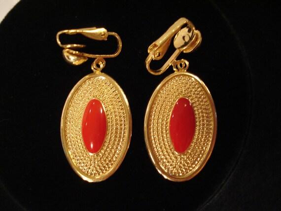 Earrings / Gold Tone Ovals w Red Center / Clip On Earrings / Dangle