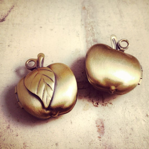 1 Pc Vintage Style Apple Picture Locket Antique Bronze Vintage Style jewelry supplies Teacher Gift Retro Apple First Day of School (BD084)