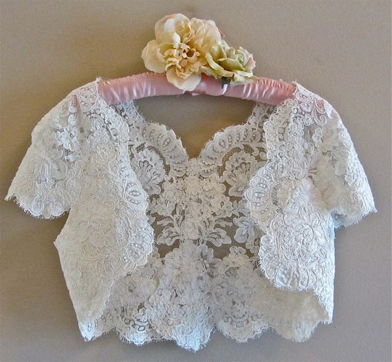 Romantic Vintage Lace Shrug Off White Ivory Faux Pearls Scalloped