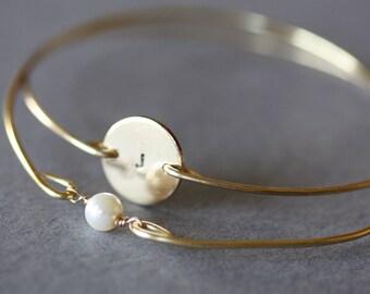 Custom Initial disc and single pearl bracelet, Personalized Gift, Initial Monogram Bracelet,wedding favor, Hand Stamped New Mother Bracelet