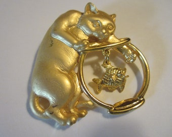 Vinage JJ Pin - Cat With Paw In  Fish Bowl - Jonette Jewelry - Gold Tone Brooch - Collectors Jewelry