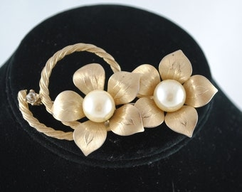 FREE SHIPPING mid century modern bridal wedding jewelry  Gold Tone Faux Pearl Signed Designer Tara Double Flower Brooch Pin