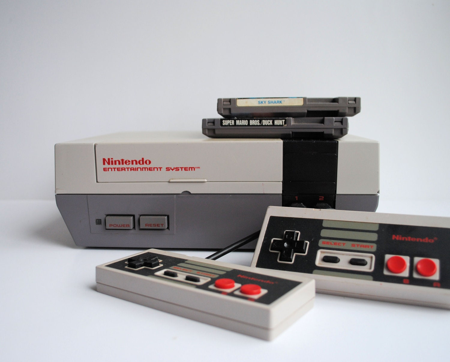 nes nintendo entertainment system console with 2 games. Black Bedroom Furniture Sets. Home Design Ideas