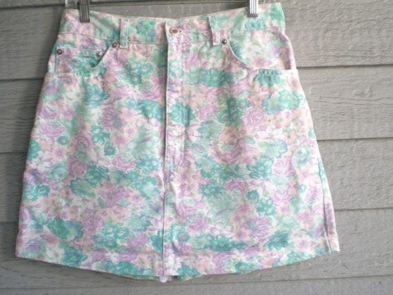 vintage 90s floral print denim skort. high waisted jean skirt / shorts combo. size medium.