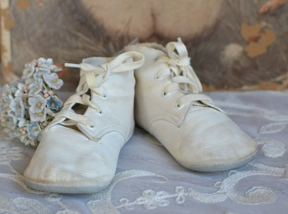 Sweet pair of Vintage White Leather Baby Shoes with Scalloped Trim