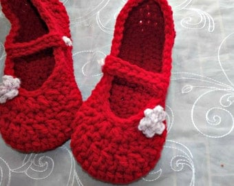 Crochet slippers in mary jane style, apple red with pink rose