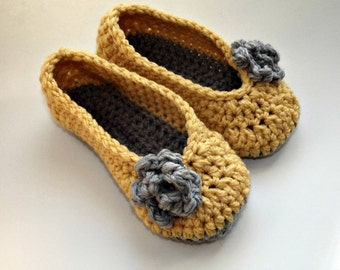 Crochet slippers in yellow and gray with rose