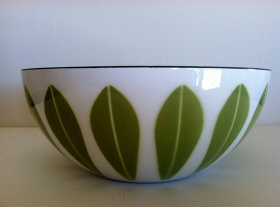 Awesome Vintage Mid Century Modern Cathrineholm 8 inch diameter White and Green Lotus Leaf Bowl.
