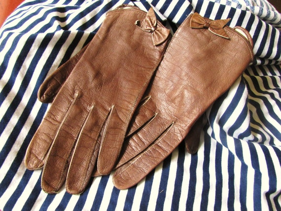 Vintage leather gloves- wrist gloves with bow- vintage small