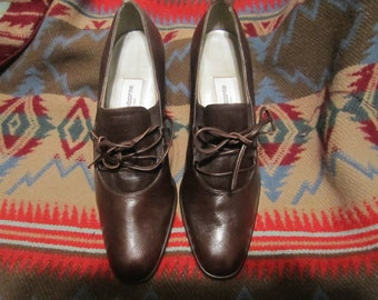 Preoewned Liz Claiborne Brown Tie Up Heels Womens Size 6 M.