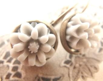 grey Dahlia - Earrings leverback flower grey vintage style Resinflower