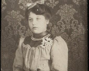 vintage photo 1890s Girl w Daisy Corsage gem miniature