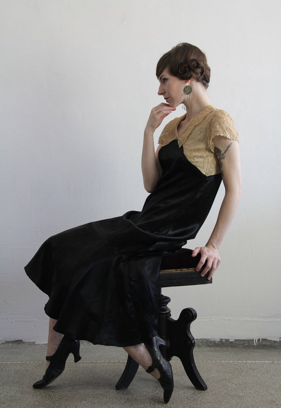 Antique 20s Flapper Dress . Ecru Lace and Satin Gown . 1920s High Fashion