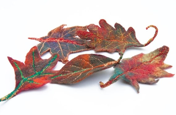 Autumn leaf pin hand felted & free motion embroidered, multicolored leaves brooch - cinnamon red green - malleable- handmade in France