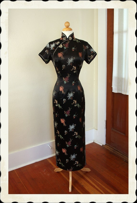 STUNNING inky Black Rayon Satin Early 1960's Hourglass Asian Cheongsam Suzy Wong Glamor Gown by Squirrel - Frog Closures - VLV - Size M