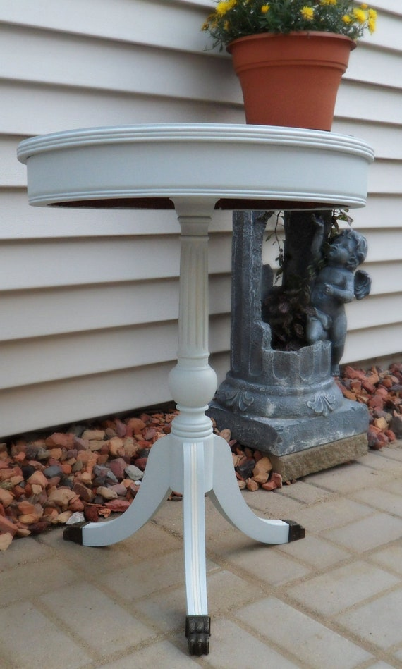 Cottage Chic round pedestal side table