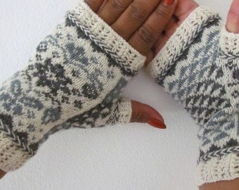 A hand to hold/En hand å holde i PATTERN in both English and Norwegian text