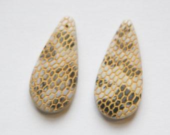 Vintage Snakeskin Textured Teardrop Glass Pendant Off White pnd037