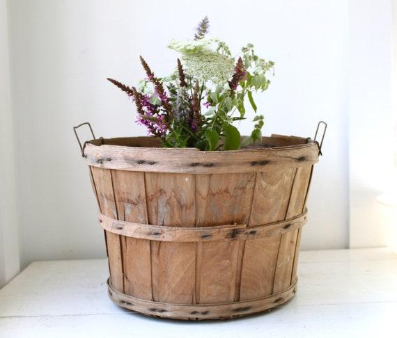 Sale / vintage 1950s bushel basket. farm fruit basket. rustic primitive home decor, storage
