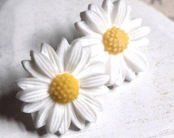 Daisy Earrings, White Flower Earrings, White daisy stud or clip, flower lover jewelry, gift for Gardener,  boucle d'oreilles E138