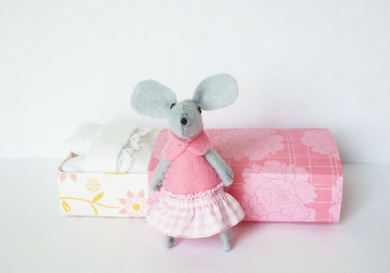 Pink Felt mouse in matchbox patterned with butterflies