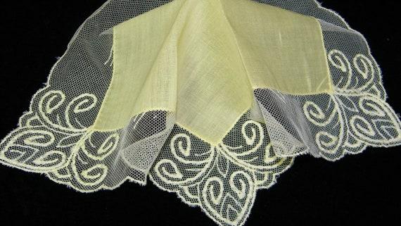 "Stunning Vintage Unused 10"" Yellow Linen and Lace Brides Wedding Handkerchief, 7476"