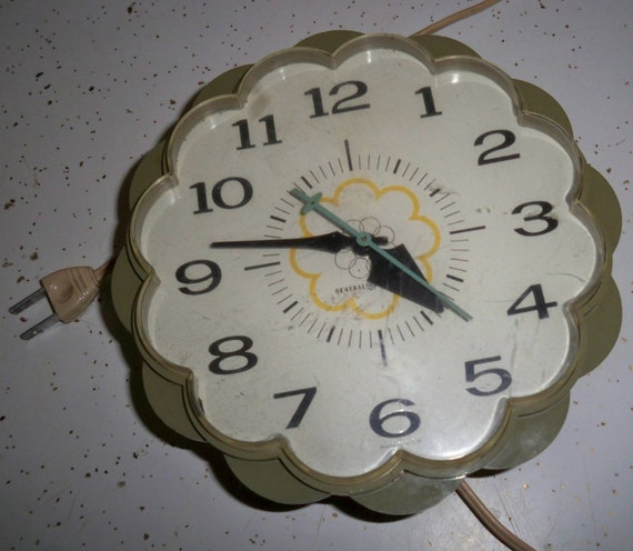 Flower Daisy Wall Clock by General electric, Vintage Home Decor
