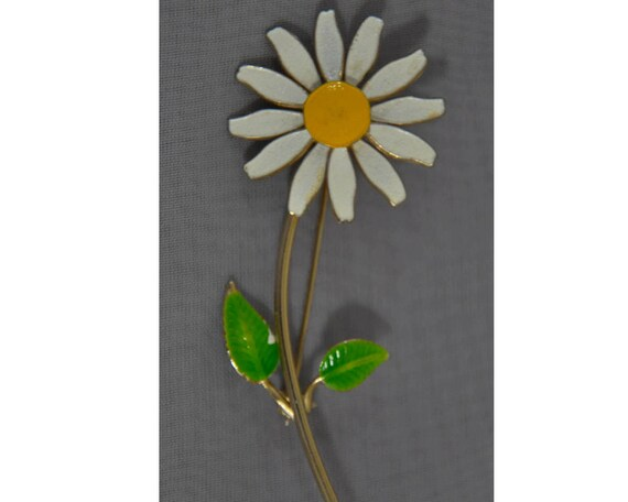 Fun White Yellow and Green Enamel on Gold Tone Metal Daisy Flower Pin Brooch