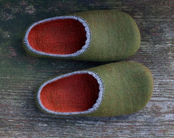 O'Green  / Felted wool slippers in earthy green and rust colours