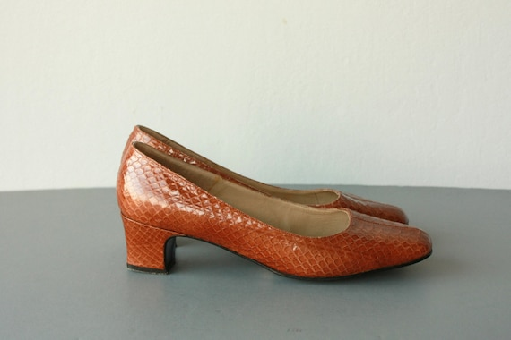 60s pumps / 1960s heels / vintage leather pumps / 60s snakeskin leather heels / 1960s rust round toe pumps - size 9 , 40