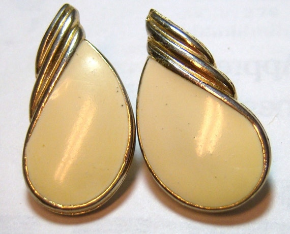 cream colored center with gold tone vintage pierced earrings