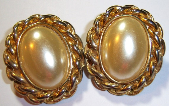 large gold tone oval with beige center vintage clip on earrings