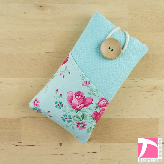 Padded iPhone 4 sleeve / iPod case / cell phone protector  / pink roses pattern over light blue