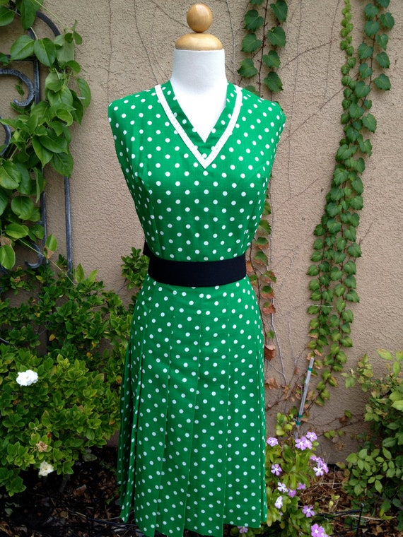 A vintage 1950s 1960s green and white polka dots sleeveless pleated skirt day dress size M L