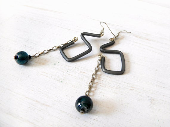 Grey geometric earrings, rubber and chain