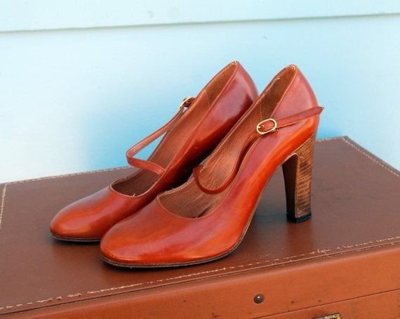 1960s. amber maryjanes with wooden heels. size 6.5