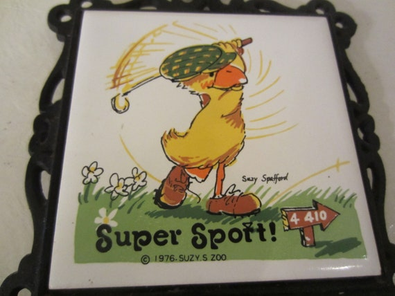 Vintage 1976 Suzy's Zoo SUPER SPORT Duck Playing Golf Suzy Spafford Tile Iron Trivet Sanyo Kitschy Wall Hanging