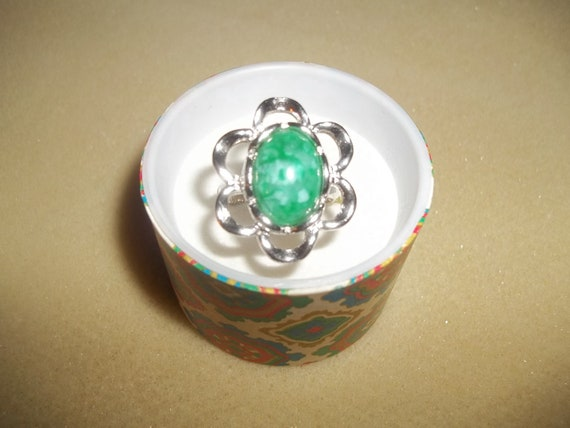 "Sarah Coventry 1974 ""Flattery' Ring With Large Green Speckled Cabochon On A Silver Floral Setting"