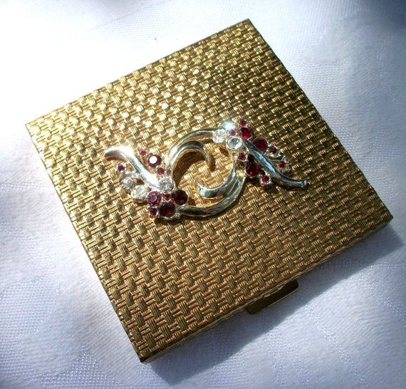 Vintage VOLUPTE Quilted Texture - Gold tone Compact - Red Rhinestones - Powder Case