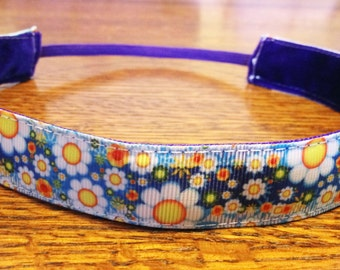 NOODLE HUGGER Non slip ribbon headband - daisies on blue - 7/8 inch (running, working out, everyday: women and girls)