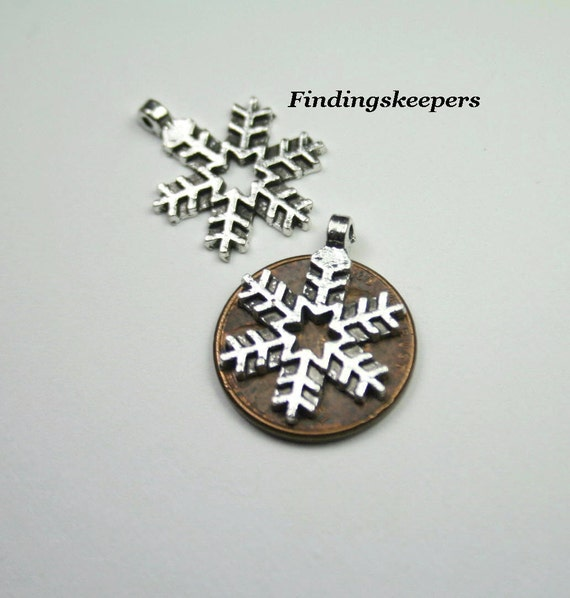 5 - 21 x 16 mm Christmas Snowflake Antique Silver Charms ts107