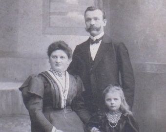 Antique Victorian Cabinet Card Photo - 1890s German Family WIth Beautiful Little Girl - Late Victorian